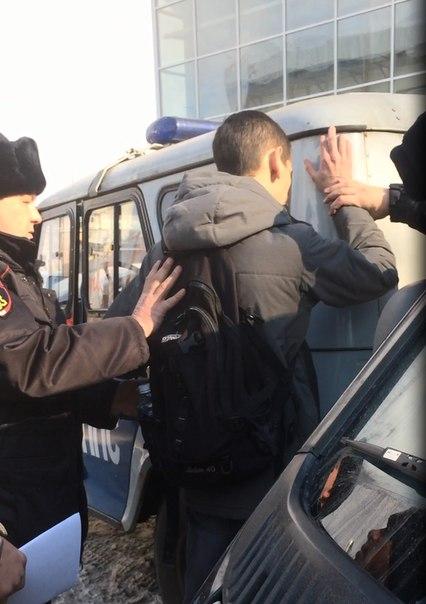 задержание на проправительственном митинге за антивоенную листовку